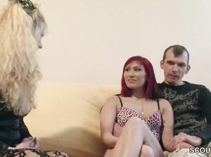 Две женщины и один мужик долбятся на диване, ЖМЖ