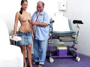 Старый гинеколог вставляет пальцы в пизду пациентки