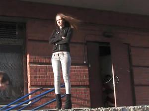 Паренек снимает упругую попку молодой девушки в джинсах