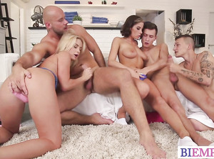 Девки и парни устроили оргию бисексуалов