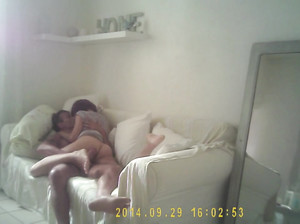 Пара жахается на диване и не знает, что их снимают на камеру