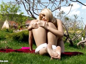 Две девчонки занимаются сексом на лужайке