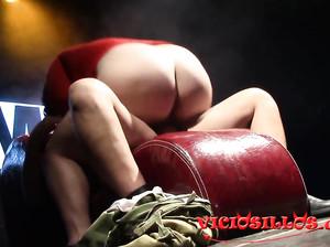 Пухлая женщина сосет у молодца пенис