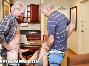 Два седых старика жахнули молодую потаскуху