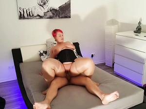 Толстая девка с красными волосами ебется с чуваком