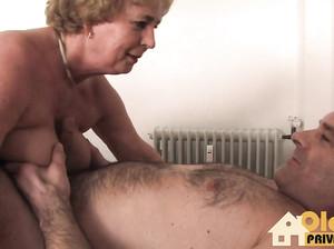 Фрау доктор в преклонном возрасте дала пациенту