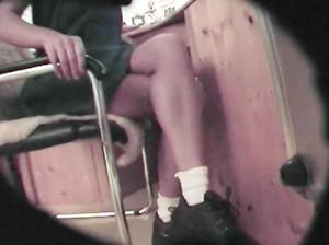 Чувак снимает скрытой камерой пизду молодой сучки