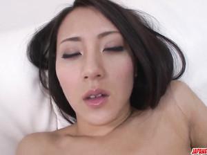 Азиатка Азуми наслаждается мастурбацией
