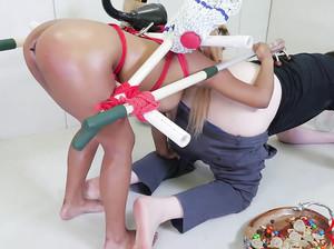 Латинке вогнали игрушку в анус и заставили делать анилингус чуваку