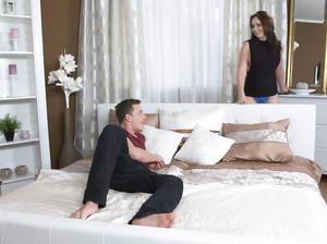 Сексапильная мамка дала молодчику в гостиной