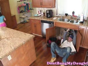 Сантахник жарит клиентку в позе собачки