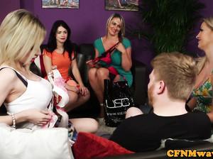 Четыре леди подрочили пенис мужичку