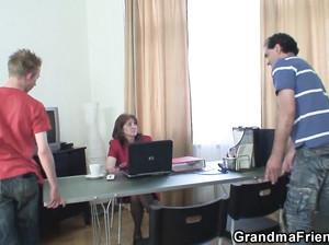 Два сотрудника выебали бабушку-начальницу в офисе