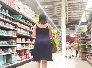 Дрочер тайком снимает задницу посетительницы магазина
