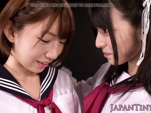 Японская студентка дрочит подруге пизду
