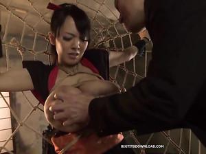 Японку с огромными сиськами подвесили за руки