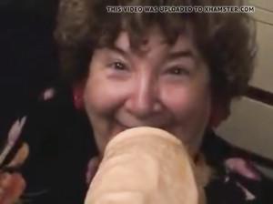 Бабушка пытается взять в рот огромный самотык