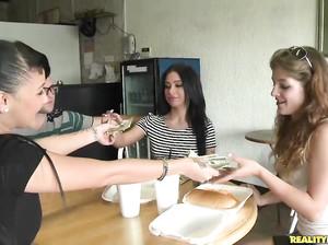 Чувак развел двух девок на секс за деньги