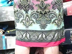 Парень снимает на скрытую камеру женщину в яркой юбке