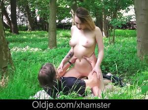 Молодая нимфоманка согласилась жахнуться с мужиком в лесу