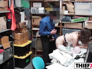 Начальник охраны магазина наказал воровку сексом