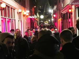Парни гуляют по Улице красных фонарей и снимают на камеру сучек