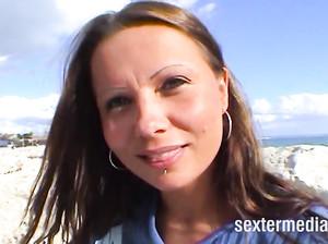 Девушка увлеченно мастурбирует свою пирсингованную киску