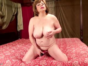 Толстая бабушка страстно дрочит свою вагину