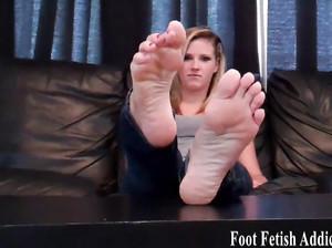Девахи показывают идеальные ножки в подборке