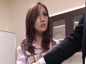 Стеснительная японская жена сосет мужу член