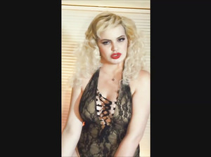 Пышная блондинка показала свои формы в чате