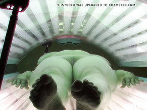 Пухлую телку снимают на скрытую камеру в солярии