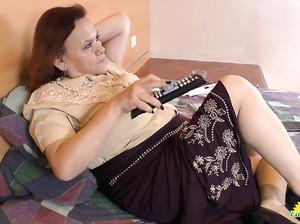 Пожилая пухлая латинка трогает свою пизду