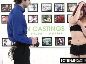 Тонкая Кайли на порно кастинге страстно делает минет