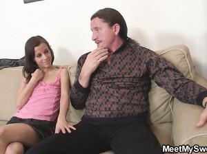 Молодая девка с пожилой бабкой дрочит деду