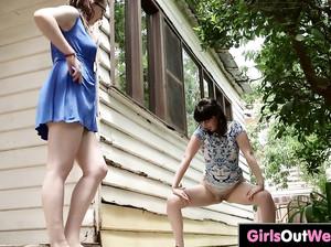 Лесбиянки ласкают волосатые пилотки друг другу
