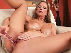 Женщина с большой грудью ебет себя самотыком