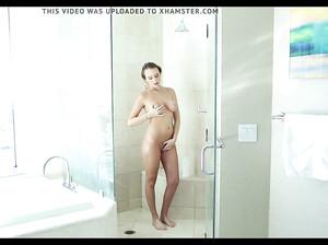 Страстный муж мастурбирует своей жене в ванной