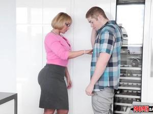 Опытная мама помогла девушке отсосать у парня
