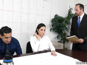 Бизнес партнер жарит сотрудницу в офисе
