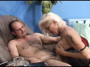 Зрелая русская дама в корсете скачет на члене