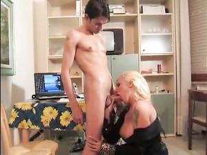 Сексуальная женщина сделала минет пареньку