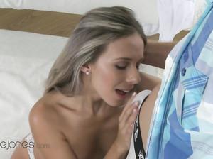 Заводная блондинка отдалась мужчине на кровати