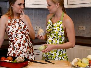 Лесбиянки занялись отличным сексом на кухне