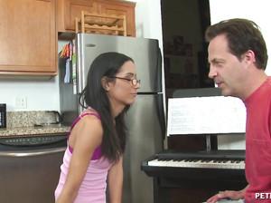 Учитель музыки вставил худой студентке