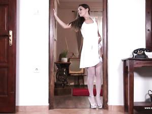 Доминика в белом роскошном белье позирует на камеру