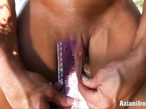 Зрелая огромная культуристка в бикини растягивает большие половые губы
