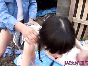 18-летнюю японку с маленькими сиськами ебут два жеребца