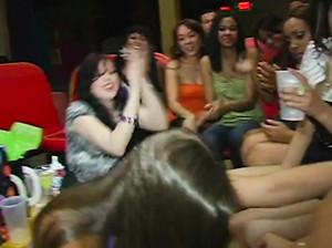 Девку выебали раком на вечеринке перед всей публикой