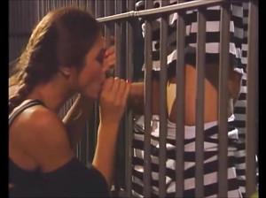 Келли занимается групповым сексом с заключенными в камере